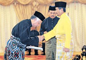 TUANKU Mizan Zainal Abidin bersalaman dengan Najib Tun Razak selepas Seri Paduka mengurniakan Suratcara Pelantikan sebagai Perdana Menteri di Istana Negara pada 3/4/2009.