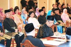 Tan Sri Muhyiddin Yassin signing his letter of appointment.-Bernamapic - 10 April, 2009
