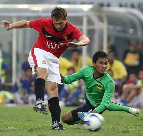 WINNING GOAL: Manchester United Michael Owen kicking pass Malaysia's goalkeeper Mohd Farizal Marlias during their match at the Bukit Jalil Stadium, July 18, 2009. Manchester United won 3-2