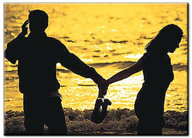 SAAT anda berpegang tangan dengannya, reaksi teman-teman anda dan orang di sekeliling adalah berbeza