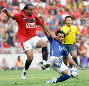 Anderson of MU challenged by Amri Yahya of Malaysia.