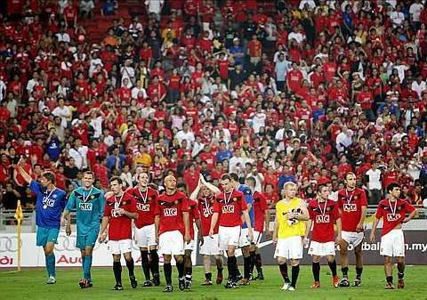 Manchester United players walking around the field after the match against Malaysia at the National Stadium in Bukit Jalil, July 18, 2009