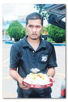 GAMBAR yang dirakam pada 24 September lalu ketika Mohd. Sazali membawa kek buah sempena hari jadi Harlina...kesian!